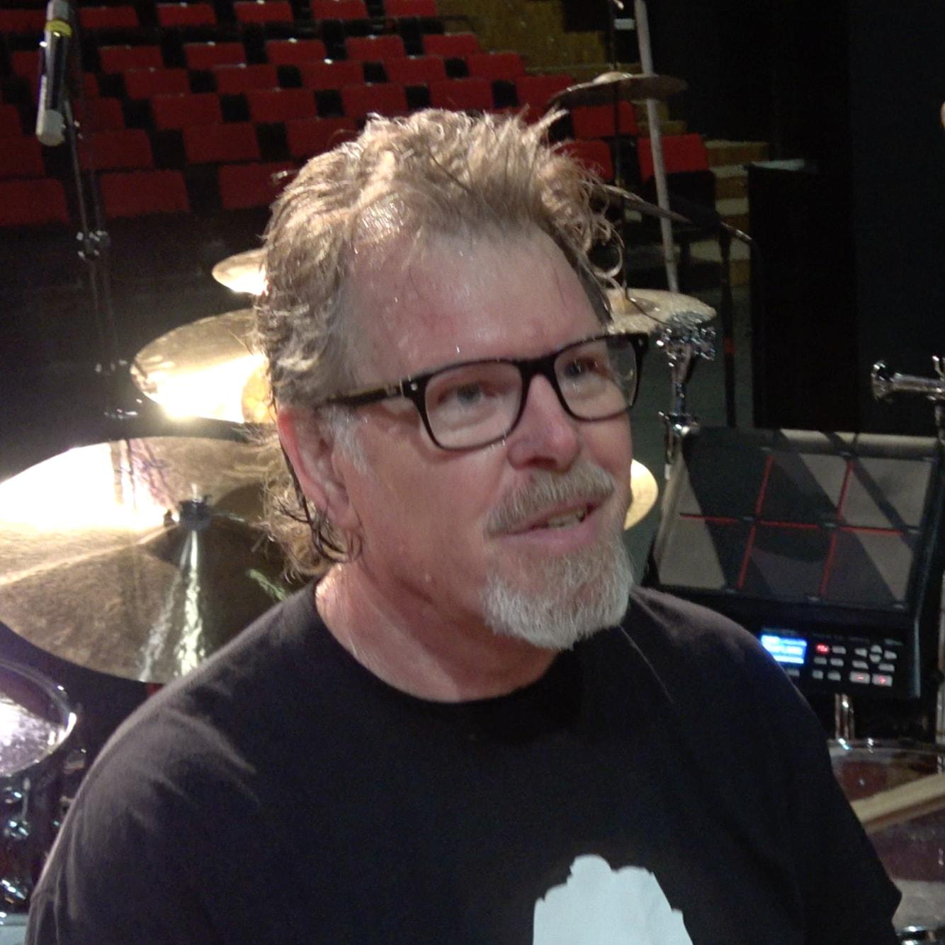 Pat Mastelotto presents his drum kit en.beatit.tv